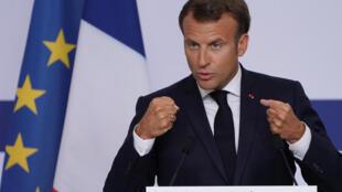 Le président Emmanuel Macron lors de sa visite du site de Sanofi de Marcy-l'Etoile, le 16 juin 2020.