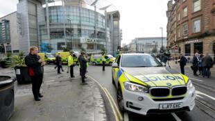 Automóviles de la policía fuera del centro comercial Arndale Centre luego de que varias personas fueron apuñaladas en Mánchester, Reino Unido, el 11 de octubre de 2019.