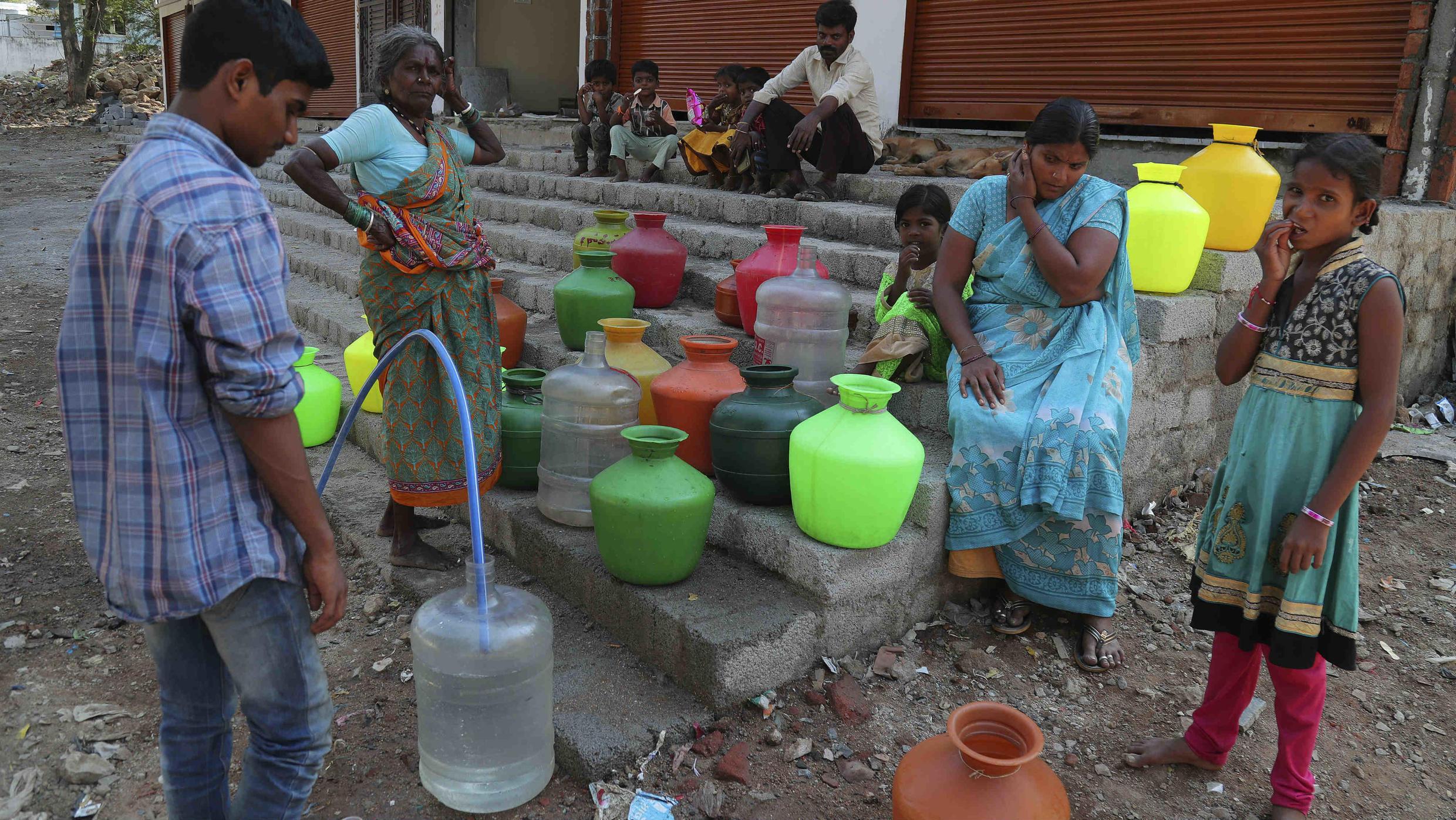 Los residentes de un barrio pobre de India recolectan agua potable de un grifo público en Hyderabad, el miércoles 18 de marzo de 2020.