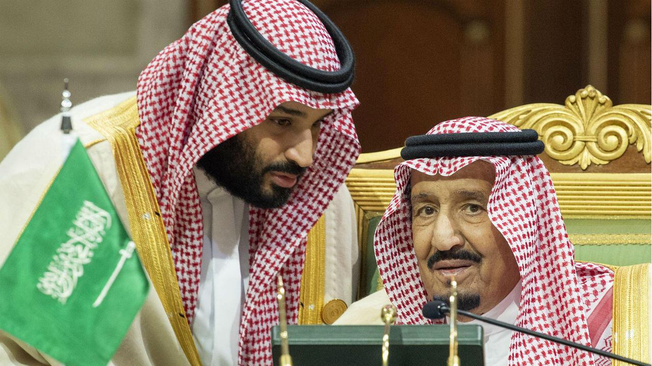 L'influent prince héritier saoudien, Mohammed ben Salmane (à gauche), en conversation avec le roi saoudien Salman ben Abdulaziz, le 9 décembre 2018, au palais Diriya à Riyad.