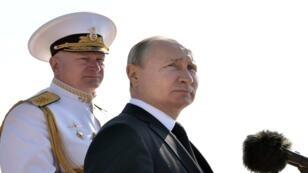 الرئيس الروسي فلاديمير بوتين والقائد الأعلى للقوات البحرية الروسية الأدميرال نيكولاي يفمنوف في سانت بطرسبرغ، روسيا، 28 يوليو/تموز 2019.