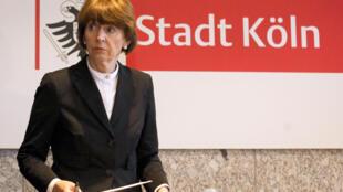La maire de Cologne, Henriette Reker, lors d'une conférence de presse après la centaine d'agressions sexuelles à la gare centrale.