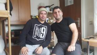 Les Syriens Chady (gauche) et Hassan (droite) sont arrivés ensemble en Allemagne