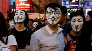 Manifestantes disfrazados marchan en el distrito central de Lan Kwai Fong, en Hong Kong, China, el 31 de octubre de 2019.