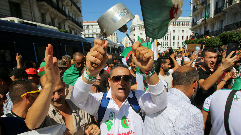 Un manifestante golpea una olla durante una protesta que exige reformas sociales y económicas, así como la partida de la élite gobernante del país en Argel, Argelia, el 30 de agosto de 2019.