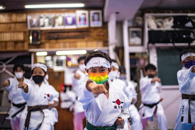 Estudiantes practican karate en la escuela de Kenkojuku Budokan en el área de Hachioji de Tokio, el 12 de junio de 2021