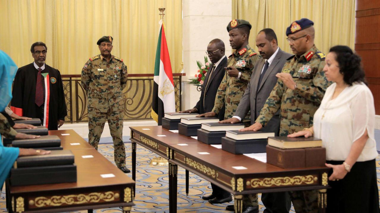 El teniente general Abdel Fattah Al-Abdelrahman Burhan, líder del Consejo de transición de Sudán, observa cómo los miembros militares y civiles del nuevo cuerpo gobernante de Sudán, el Consejo Soberano, toman juramento en el palacio presidencial de Jartum, Sudán, el 21 de agosto de 2019.