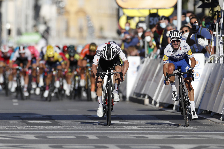 Marc Hirschi (izq) se inclina delante de Julian Alaphilippe (dra) en la llegada de la segunda etapa del Tour de Francia en Niza, el 30 de agosto de 2020.