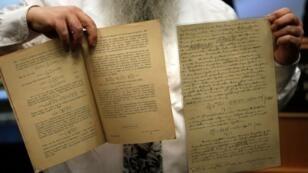 الوثائق التي تنبأ بها آلبرت أينشتاين بوجود موجات الجاذبية والمحفوظة في الجامعة العبرية في إسرائيل