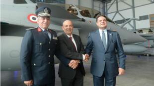Le commandant des forces de l'air égyptiennes Ragaa Rabie Youssef, le PDG de Dassault Aviation Éric Trappier, et l'ambassadeur d'Égypte en France Ehab Badawy ont assisté à la remise de trois Rafale à l'Égypte, le 20 juillet 2015.