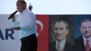 El presidente turco, Tayyip Erdogan, se dirige a sus partidarios durante un mítin electoral en Ankara, Turquía, el 9 de junio de 2018