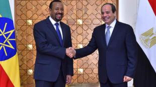 الرئيس المصري عبد الفتاح السيسي ورئيس الوزراء الإثيوبي آبي أحمد خلال لقاء في القصر الرئاسي بالقاهرة. 10 يونيو/حزيران