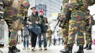 جنود بلجيكيون ينتشرون في بروكسل غداة الاعتداءات في 23 آذار/مارس 2016