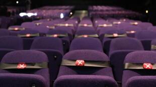 Des fauteuils sont marqués, distanciation sociale oblige, à la reprise de la saison des comédies musicales au Troubadour Wembley Park Theatre, à Londres le 10 septembre 2020