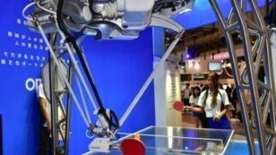 شركة أومرون اليابانية للإلكترونيات تعرض رجلا آليا يلعب كرة الطاولة