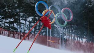 Le vent souffle à 100 km/h sur les sites olympiques, empêchant la tenue des épreuves de ski alpin.