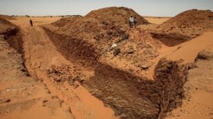 باحثون عن الذهب في موقع جيل مراغة الأثري على بعد270 كلم شمال العاصمة السودانية الخرطوم في 20 آب/أغسطس 2020