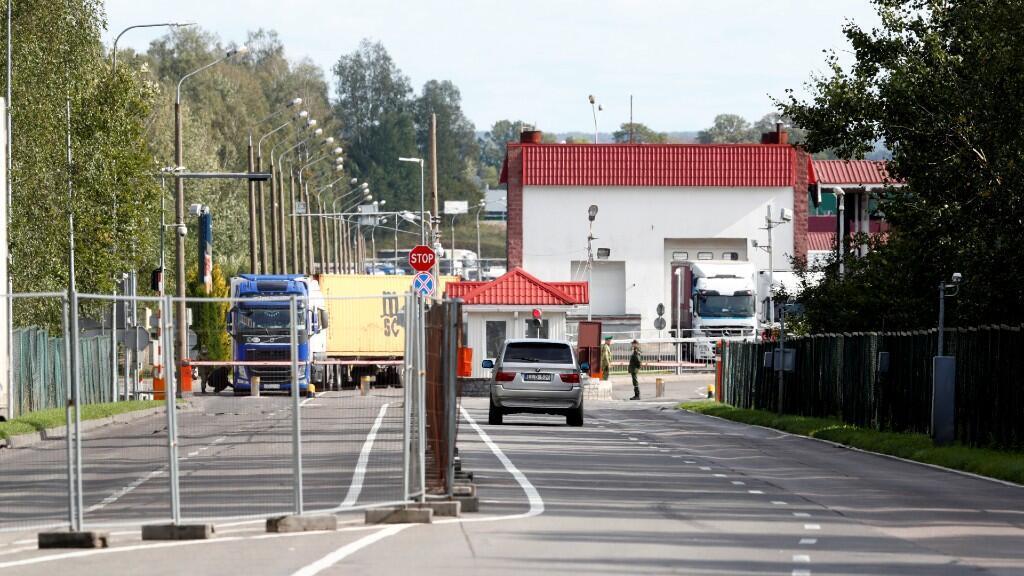 Un automóvil ingresa al punto fronterizo bielorruso Kamenny Log desde Medininkai, Lituania, el 18 de septiembre de 2020.