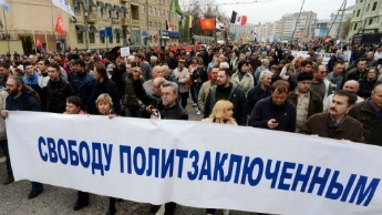 Un rassemblement d'opposants, un an après