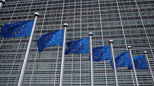 Las banderas de la Unión Europea revolotean frente a la sede de la Comisión de la UE en Bruselas, Bélgica, el 8 de marzo de 2018.