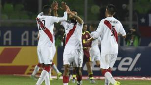 Les joueurs péruviens célèbrent leur but contre le Venezuela, à Valparaiso, au Chili le 18 juin 2015.