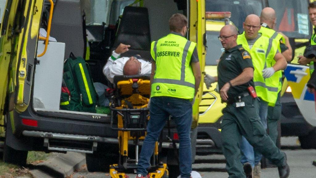 Una persona herida es llevada en ambulancia, tras atentados contra dos mezquitas en Christchurch, Nueva Zelanda, el 15 de marzo de 2019.