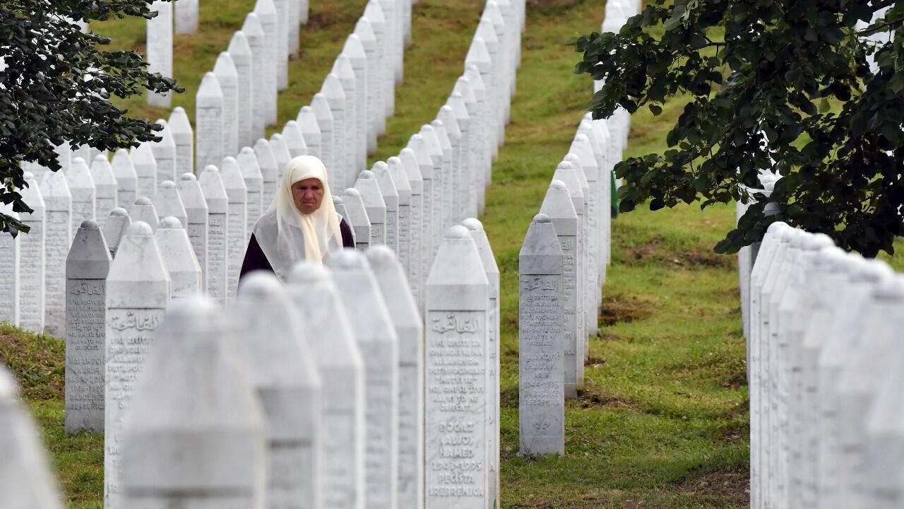 Une survivante du massacre de Srebrenica en 1995, se recueille sur les tombes de ses deux fils, au centre commémoratif de Potocari, le 3 juillet 2020.