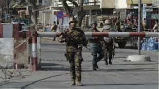 Miembros de las fuerzas de seguridad afganas en el centro de Kabul, momentos después del atentado.