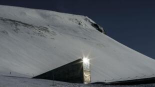 """Extérieur de la """"Réserve mondiale de semences"""", également créée par Piql à Svalbard."""