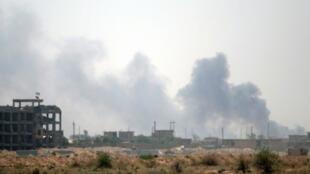 تصاعد الدخان جراء المعارك في الفلوجة في 23 حزيران/يونيو 2016