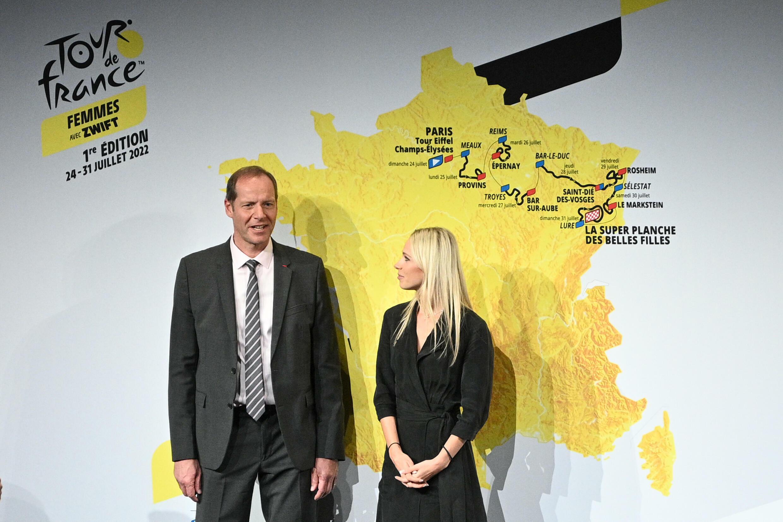 Le directeur du Tour de France Christian Prudhomme et la directrice du Tour de France Femmes et ancienne cycliste Marion Rousse posent à côté du parcours de la première édition, en 2022 à Paris, le 14 octobre 2021