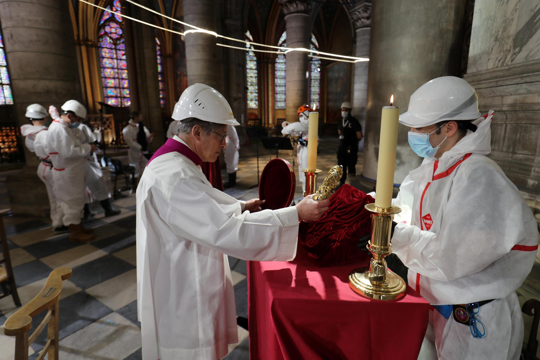 الجمعة العظيمة في جزء آمن من كاتدرائية نوتردام دو باريس، مع تفشي فيروس كورونا في فرنسا في 10 أبريل/ نيسان 2020