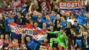لاعبو كرواتيا يحتفلون وسط جمهورهم بالفوز على إنكلترا في نصف النهائي. 2018/07/011