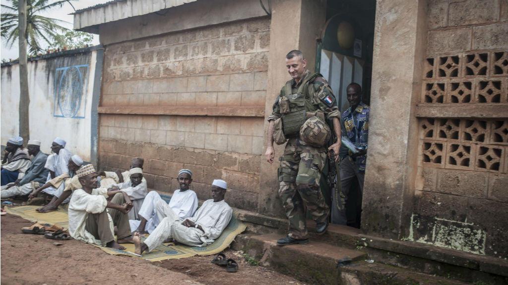 Des soldats de la force Sangaris patrouillent dans une ville du sud de la Centrafrique, le 24 juillet