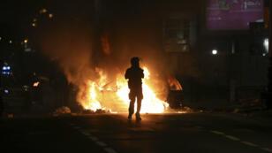 Un policier anti-émeutes la nuit du 19 au 20 novembre 2018 à Saint-Denis de La Réunion.