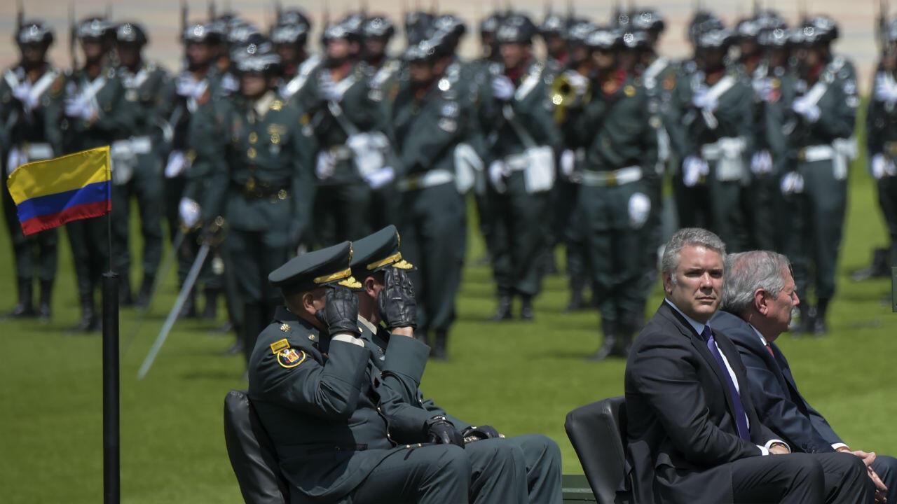 El presidente colombiano Iván Duque y el ministro de Defensa, Guillermo Botero asisten a una ceremonia para el reconocimiento del comando de las Fuerzas Militares en la Escuela Militar José María Córdova en Bogotá el 17 de diciembre de 2018.