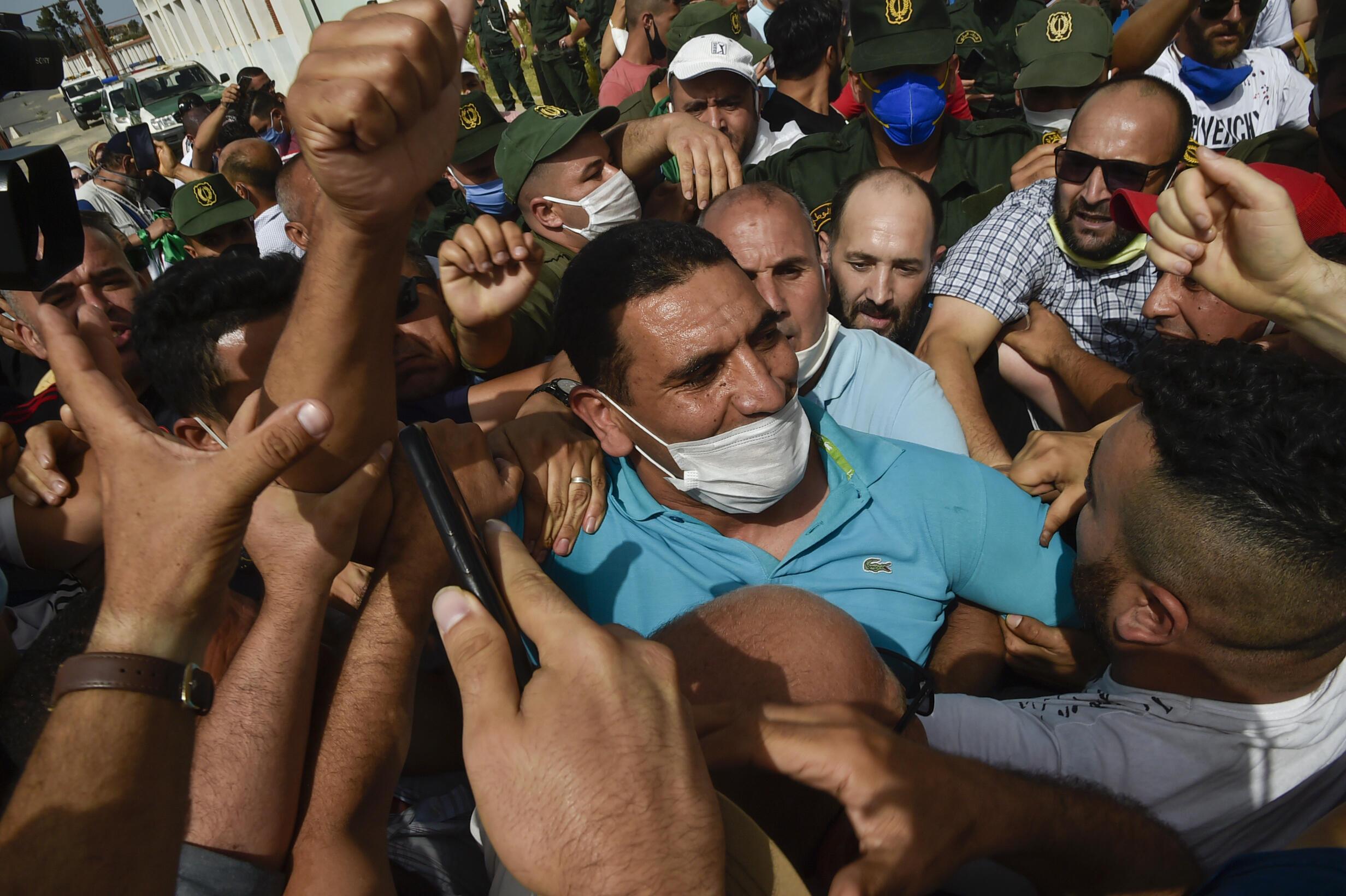 الناشط الجزائري كريم طابو وسط حشد تجمع لتحيته بعد الإفراج عنه من السجن في الثاني من يوليو/تموز 2020.
