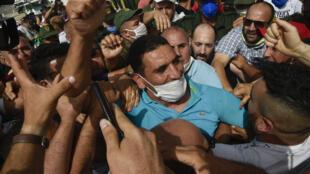 الناشط الجزائري كريم طابو وسط حشد تجمع لتحيته بعد الإفراج عنه من السجن في الثاني من تموز/يوليو 2020