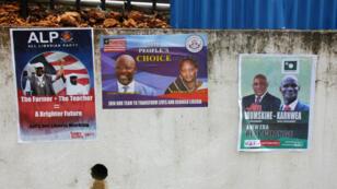 Affiches de candidats à l'élection présidentielle d'octobre 2017 accrochées dans une rue de Monrovia, la capitale.