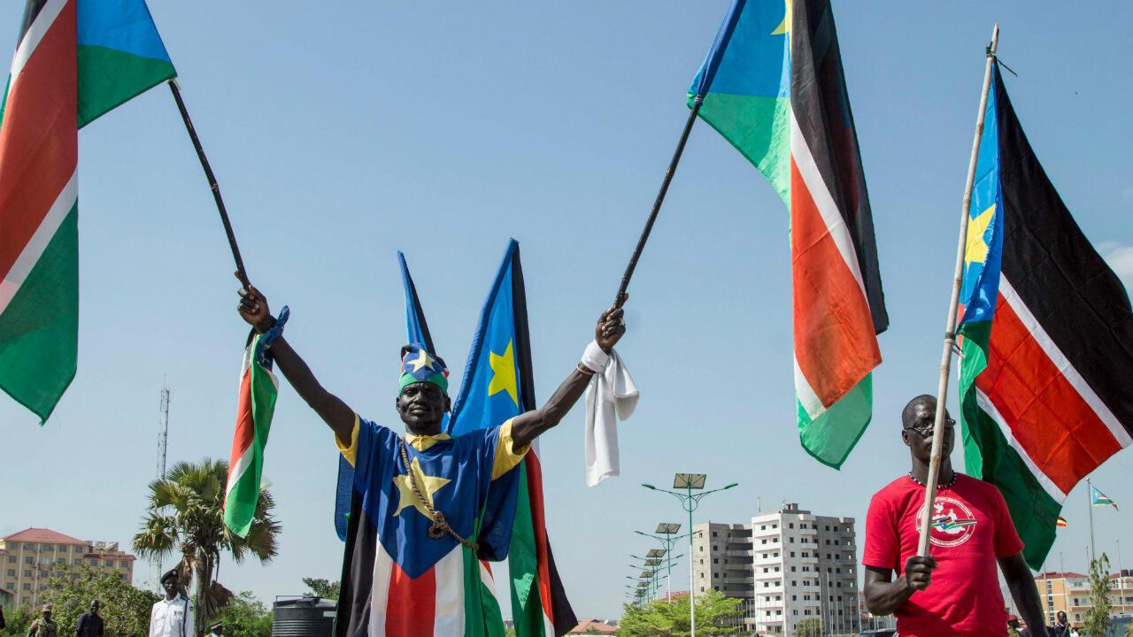 Un homme portant des drapeaux du Soudan du Sud lors d'une cérémonie de paix, le 31 octobre 2018, à Juba.