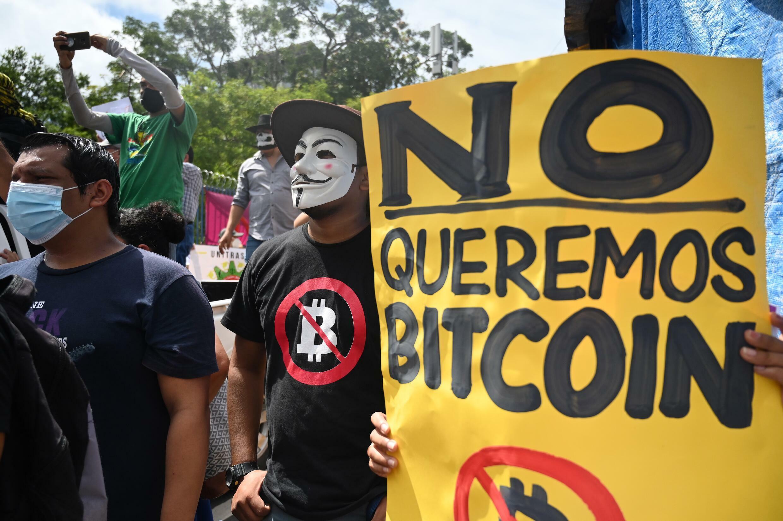 Personas protestan contra una ley que reconoce el bitcóin como moneda legal en El Salvador, en San Salvador, el 1 de septiembre de 2021