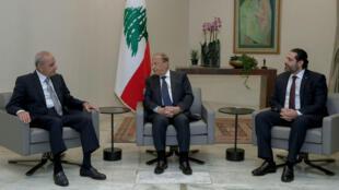 El presidente libanés, Michel Aoun (centro), en conversaciones con el presidente del Parlamento libanés, Nabih Berri (izquierda) y el primer ministro, Saad Hariri (derecha) en el encuentro en el que acordaron anunciar que había una formación de gobierno. 31 de enero de 2019. Beirut – Líbano.