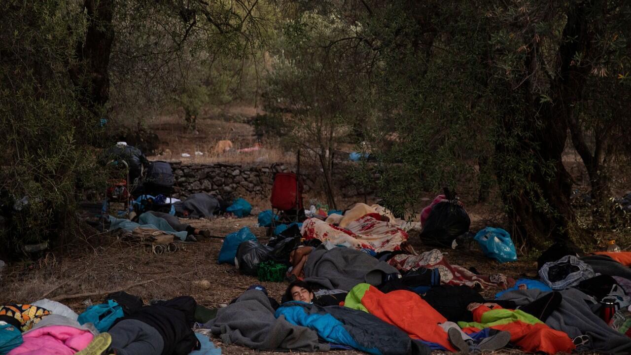 Miles de inmigrantes quedaron a la intemperie, tras los incendios en el campamento Moria, en Lesbos, Grecia, el 10 de septiembre de 2020.