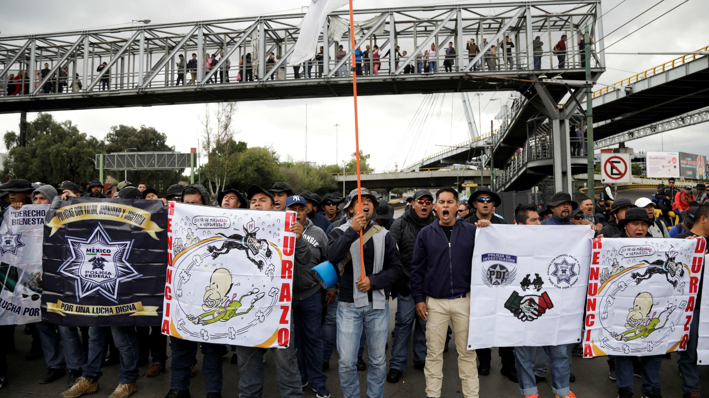 Miembros de la Policía Federal bloquean el acceso a una de las terminales del Aeropuerto Internacional Benito Juárez en Ciudad de México, México, el 13 de septiembre de 2019.