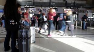 Des voyageurs attendent à la gare de Nice, lors d'une grève nationale des agents de la SNCF, le 18 octobre 2019.