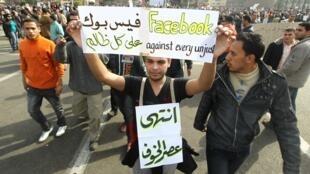 Des manifestants place Tahrir, au Caire, le 1er février 2011