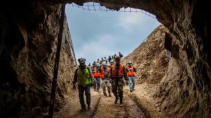 El personal de los equipos de búsqueda y rescate trabaja para encontrar a los trabajadores bolivianos atrapados en una mina en Tocopilla, Chile, el 14 de junio de 2019.