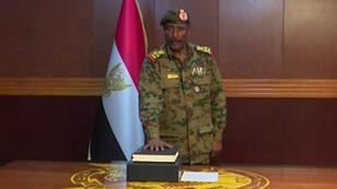 Le général Abdel Fattah al-Burhan Abdelrahmane prêtant serment le 12avril2019 à Khartoum.