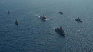 سفينة الأبحاث الزلزالية التركية Oruc Reis ترافقها سفن تابعة للبحرية التركية أثناء إبحارها في البحر الأبيض المتوسط ، قبالة أنطاليا ، تركيا ، 10 أغسطس ، 2020.