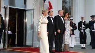 الرئيسان الفرنسي والأمريكي وزوجتاهما في طريقهما لمأدبة العشاء